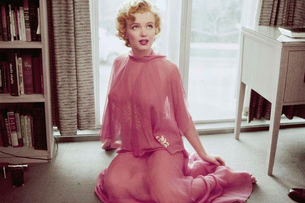 Marilyn MONROE posing in her apartment-795449