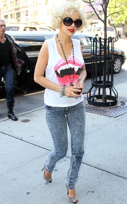 christina-aguilera-acid-wash-jeans
