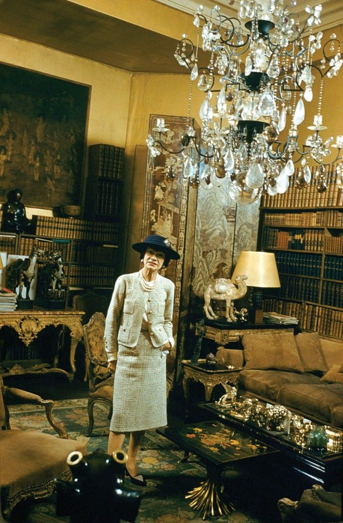 coco chanel standing in sitting room no 5 chandelier Chanel 31 rue cambon