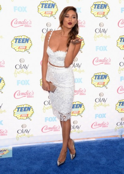 Shay-Mitchell-Teen-Choice-Awards-2014-c-400x560