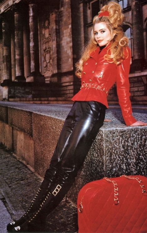 Claudia Schiffer, Chanel, 1992.