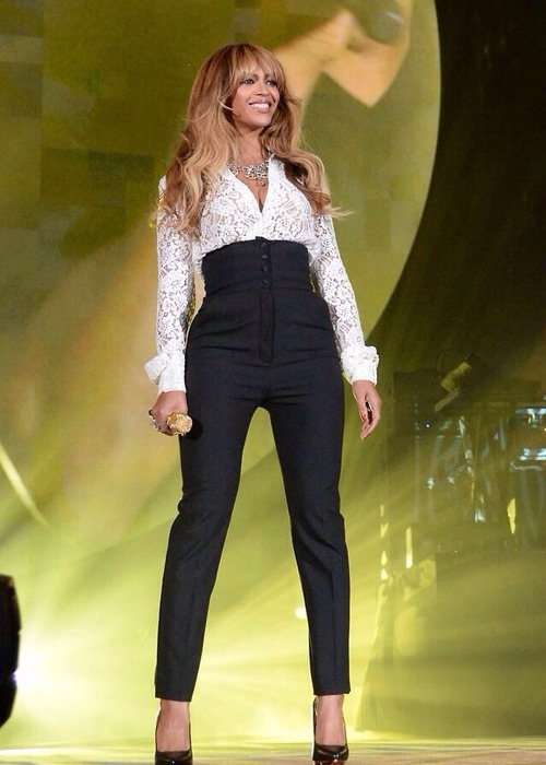 2 Beyonces 2014 Global Citizen Festival Dolce Gabbana Lace Top and High Waisted Button Front Pants Beyonce Knowles wears  Dolce & Gabbana at the 2014 Global Citizen Festival