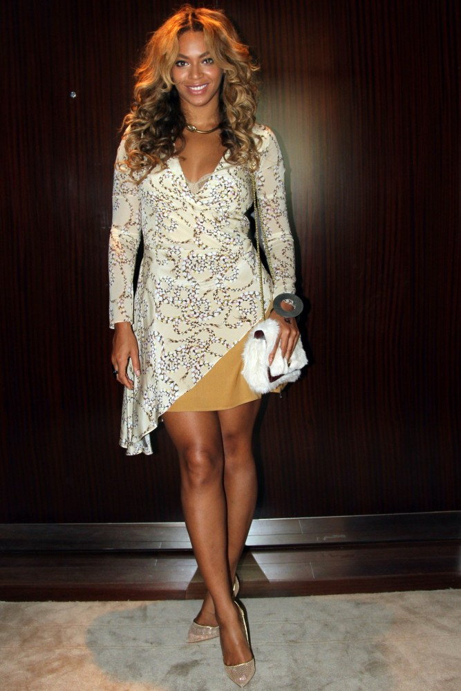 2-Beyonces-Beyoncé-was-wearing-Topshop-Unique-Asymmetric-Rope-Print-Dress-Jérôme-Dreyfuss-Eliot-White-Rabbit-Fur-Bag-Acne-Studios-Silver-Circle-Bracelet-667×1000-1