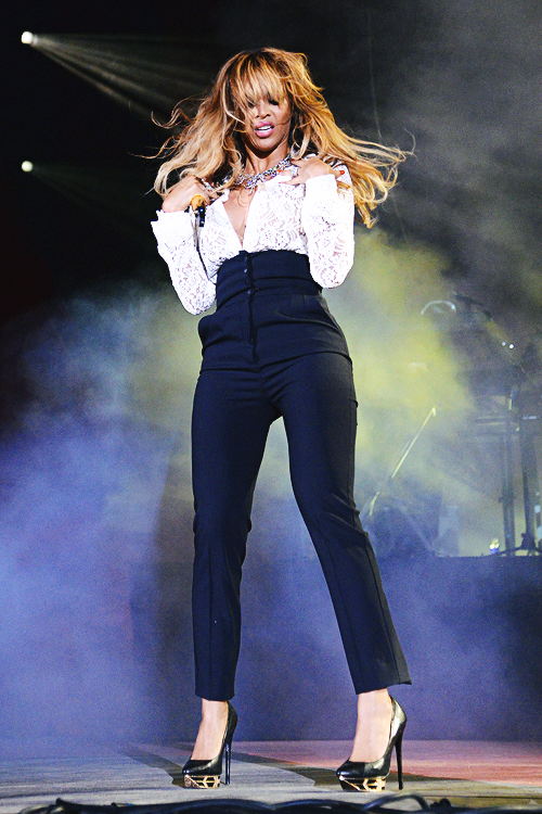 Beyonces-2014-Global-Citizen-Festival-Dolce-Gabbana-Lace-Top-and-High-Waisted-Button-Front-Pants-1