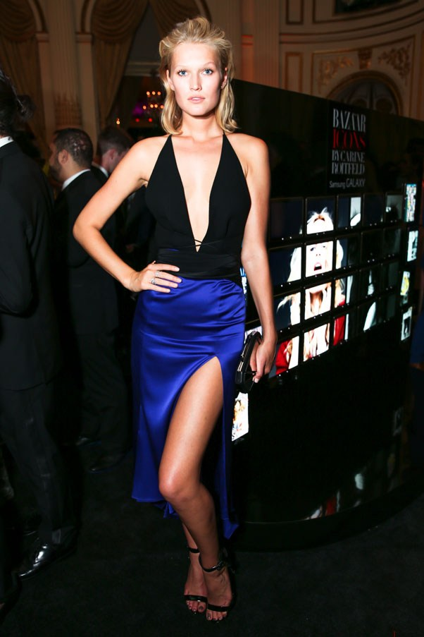 Supermodel Toni Garrn in a sleeveless black and cobalt color-blocked Juan Carlos Obando dress