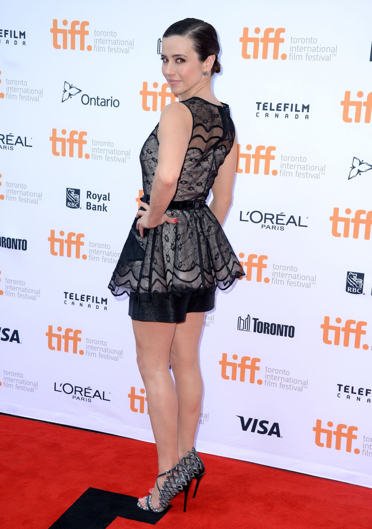 linda-cardellini-at-welcome-to-me-premiere-in-toronto_3