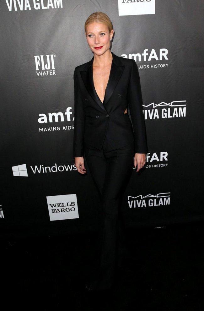 Gwyneth Paltrow is wearing a blackTom Ford suit