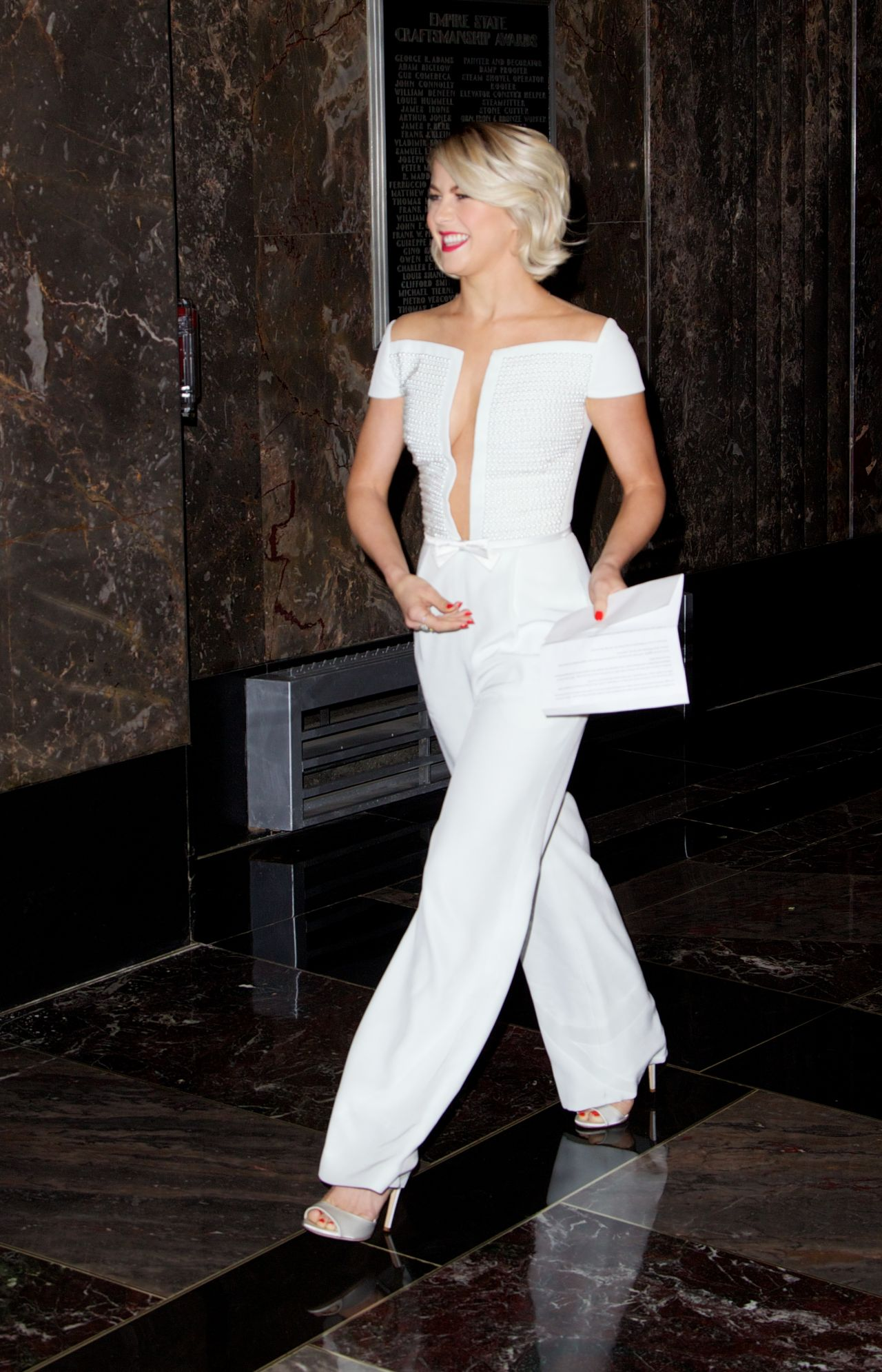 julianne-hough-at-the-empire-state-building-in-new-york-city-oct.-2014_2