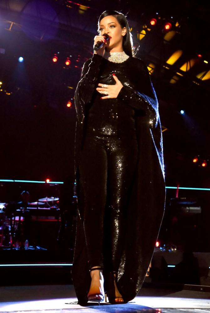 78-Rihannas-Washington-Concert-for-Valor-Tom-Ford-Spring-2015-Black-Sequined-Liquid-Sequin-Cape-and-Leggings-670×1000-1