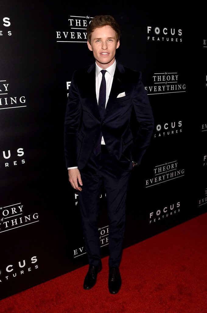 eddie-redmayne-wears-velvet-gucci-suit-theory-everything-premiere/