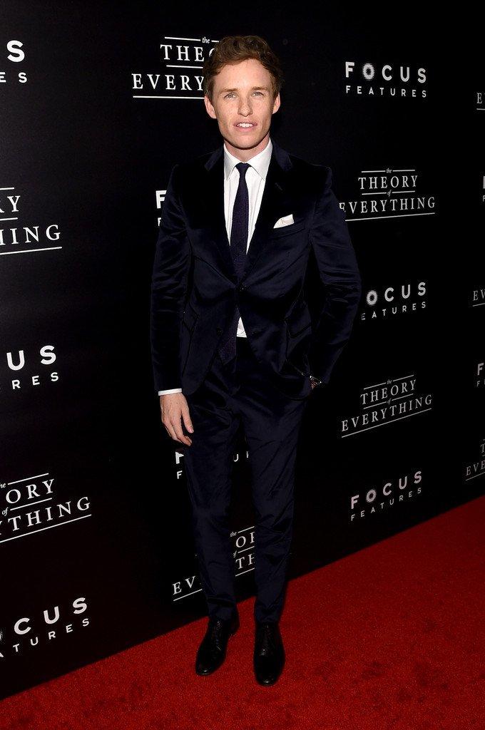 eddie-redmayne-wears-velvet-gucci-suit-theory-everything-premiere/