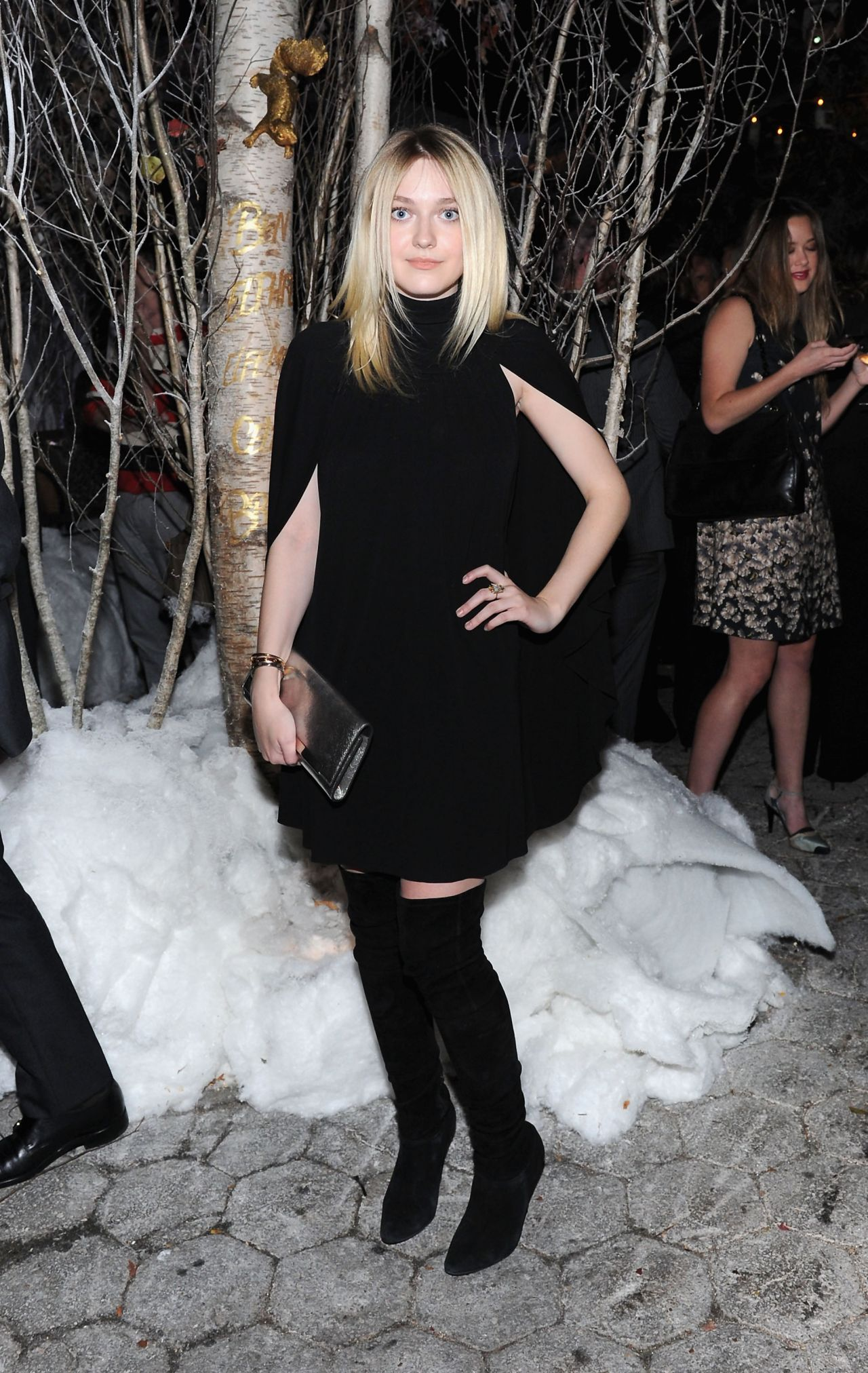 dakota-fanning-barneys-new-york-baz-dazzled-holiday-window-unveiling-dinner-in-new-york-city_2