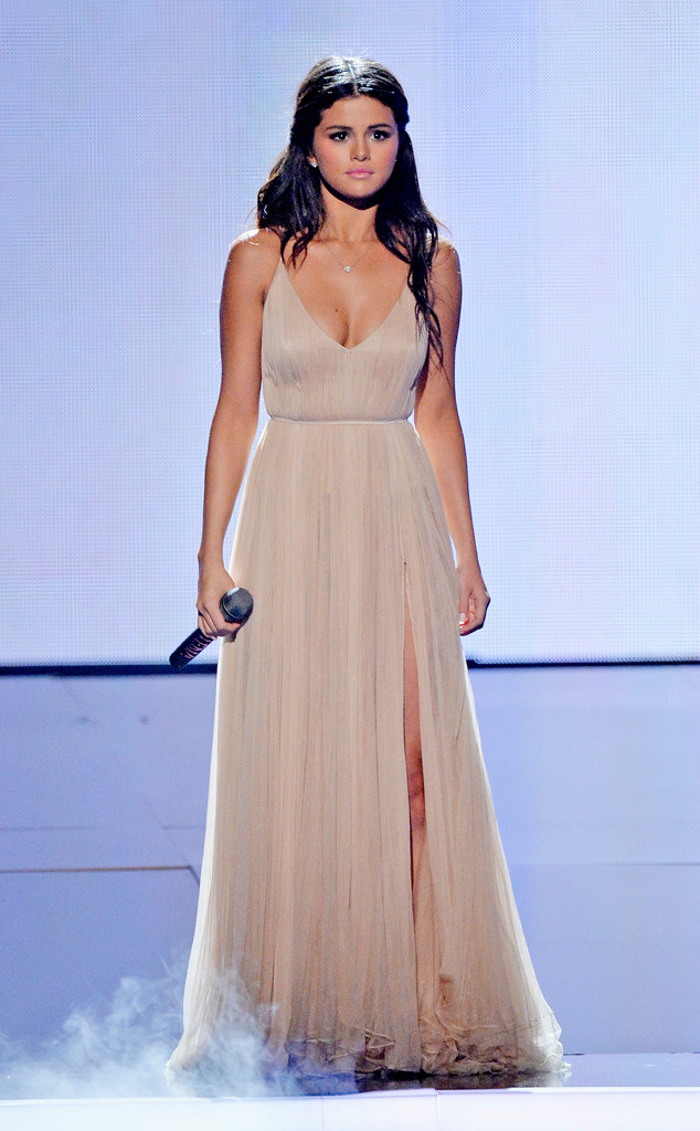 rs_634x1024-141123195247-634.selena-performing-american-music-awards-2014