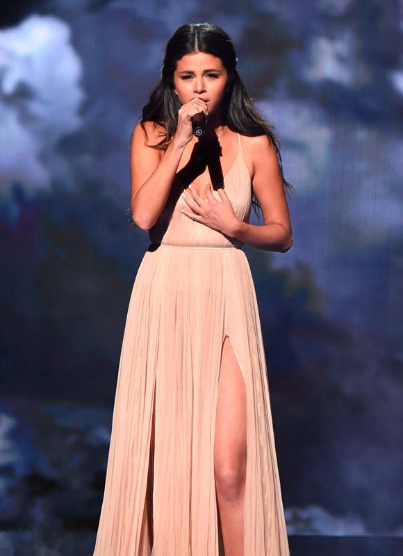 selena-gomez-giorgio-armani-2014-american-music-awards/