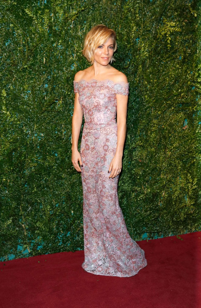 sienna-miller-burberry-2014-london-evening-standard-theatre-awards/