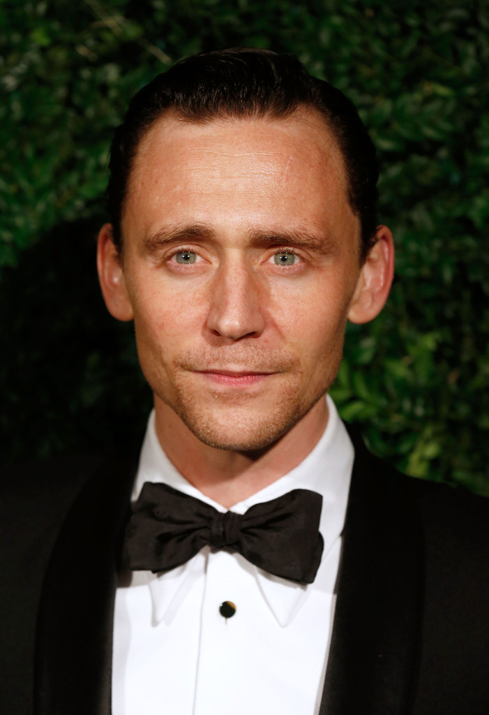 tom-hiddleston-wears-alexander-mcqueen-evening-standard-theatre-awards/