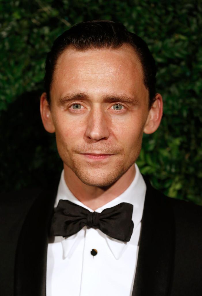 tom-hiddleston-wears-alexander-mcqueen-evening-standard-theatre-awards/
