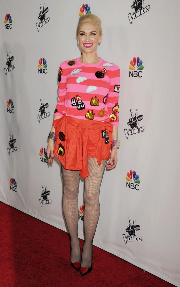 gwen-stefanis-la-the-voice-red-carpet-event-custom-sequin-emoji-striped-top-and-shorts-2-627x1000