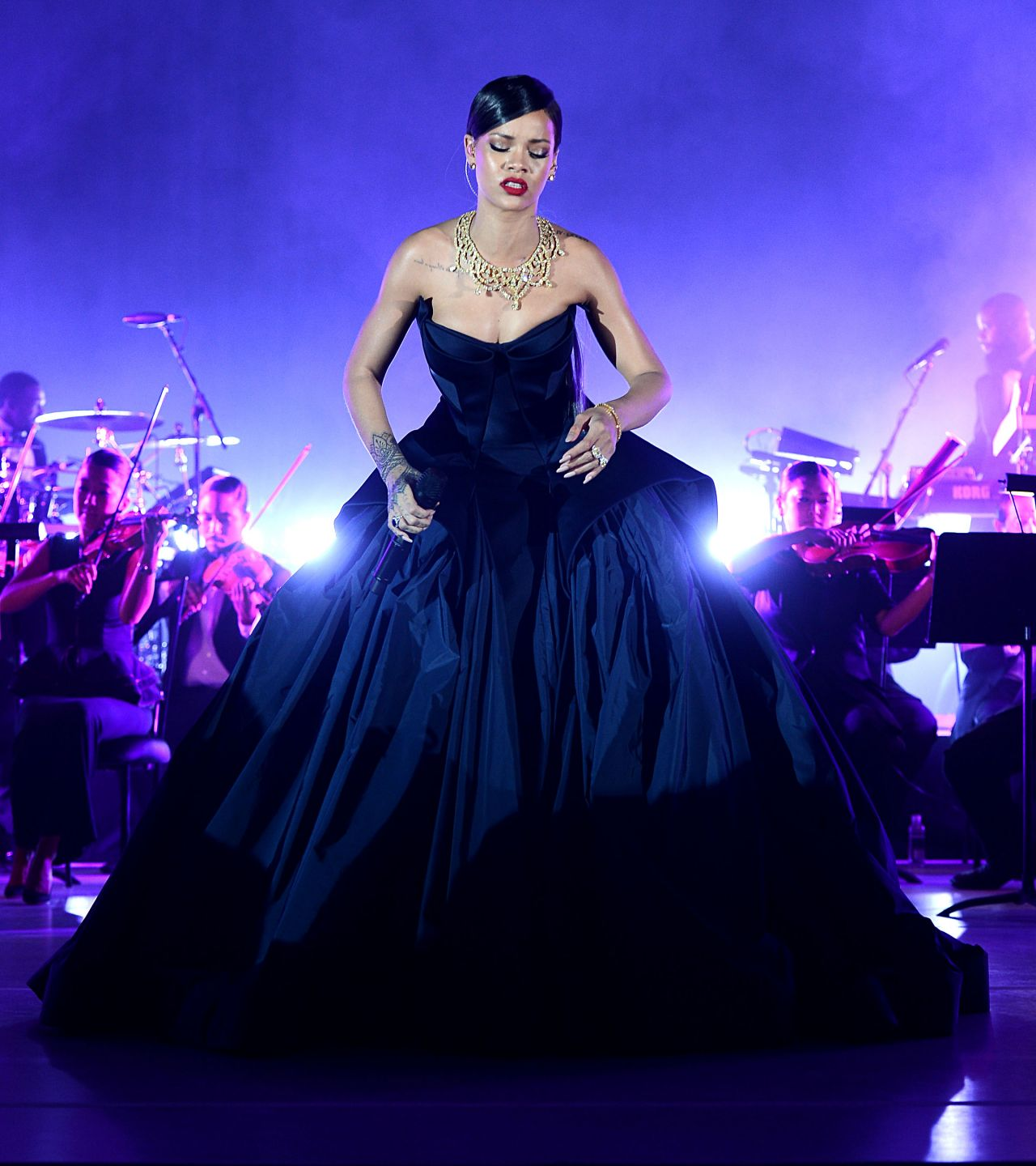 rihanna-performs-live-at-the-clara-lionel-foundation-presents-the-inaugural-diamond-ball-december-2014_1