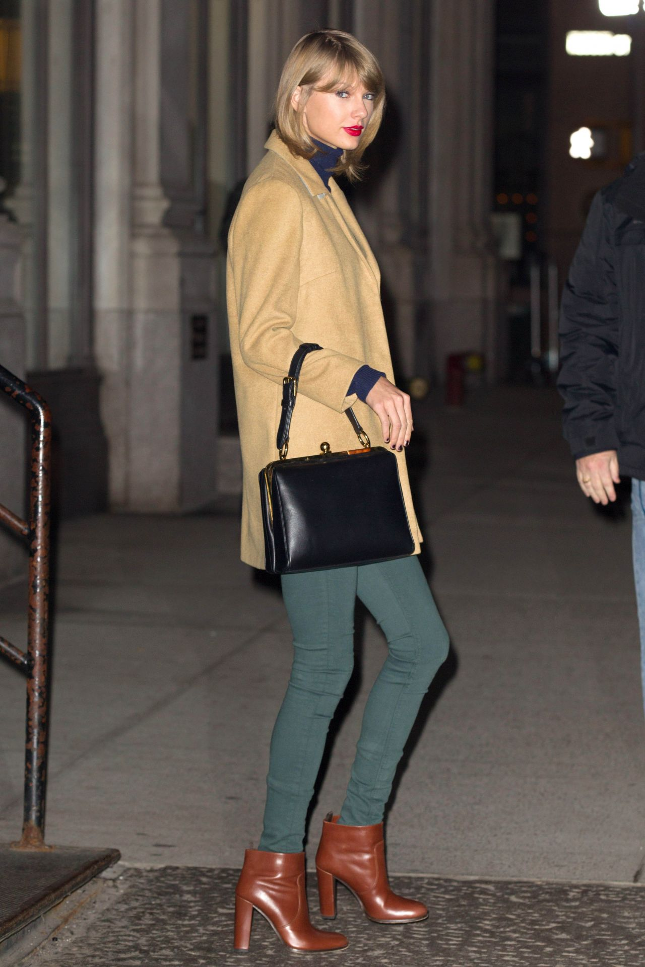 Taylor Swift – Leaving Her Apartment in New York City – Dec. 2014