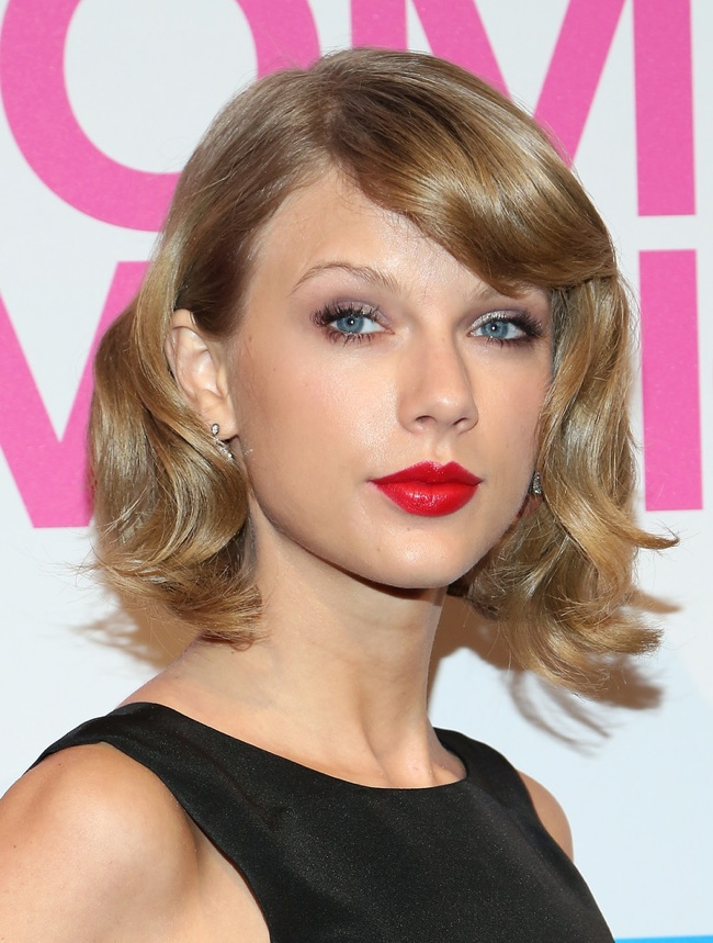 taylor-swift-oscar-de-la-renta-dress-black-white- Billboard -Women -In- Music -Luncheon