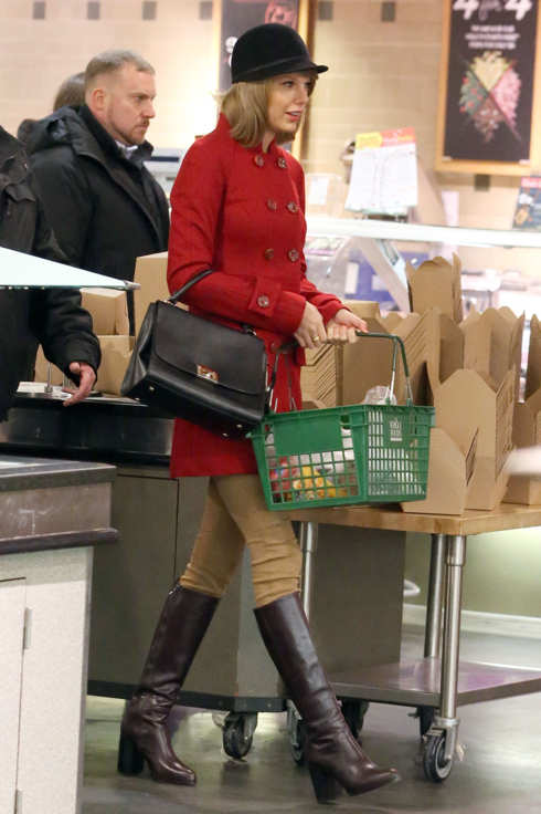 taylor-swift-rachel-zoe-shopping-whole-foods