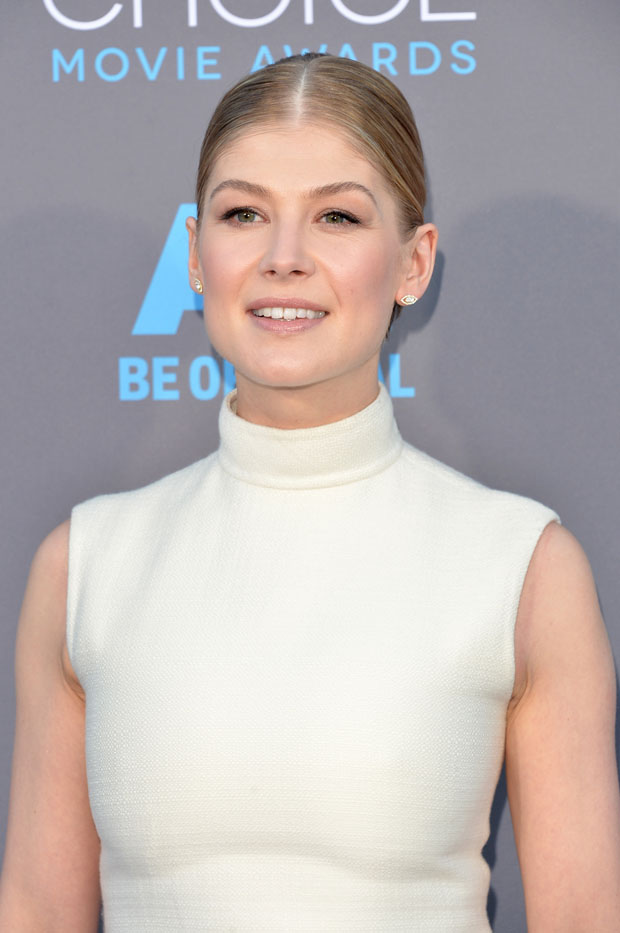 rosamund-pike-valentino-couture-2015-critics-choice-movie-awards/