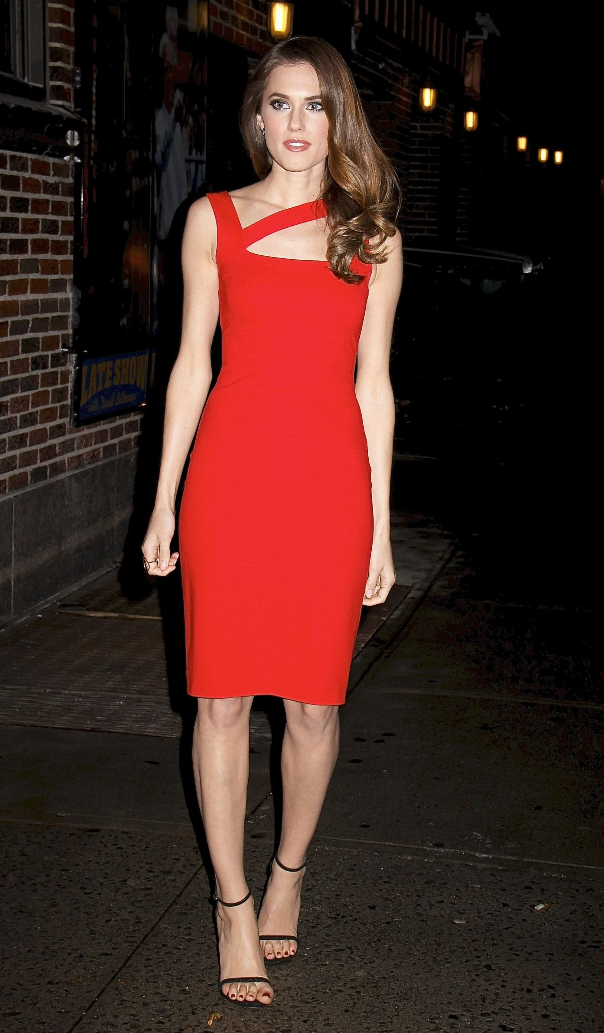 allison-williams-arrives-at-late-show-with-david-letterman-in-new-york_7
