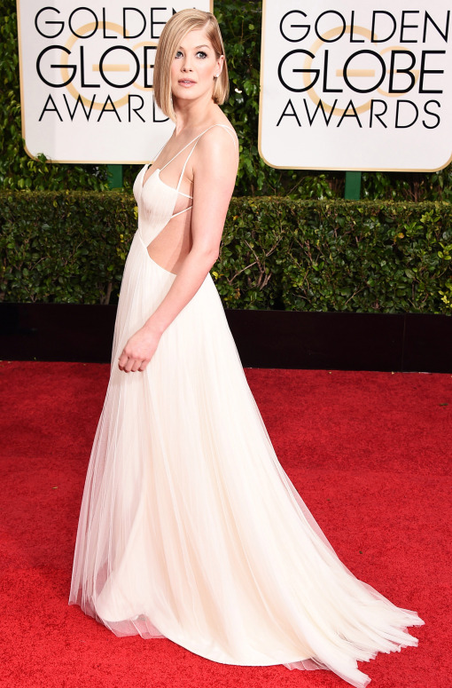 Rosamund- Pike- wears- Vera -Wang -at- the- 72nd -Annual- Golden -Globe -Awards