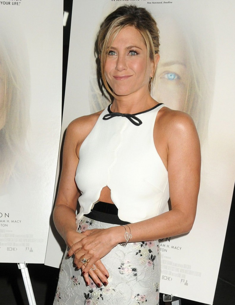 jennifer_aniston_in_giambattista_valli_at_the_la_cake_premiere