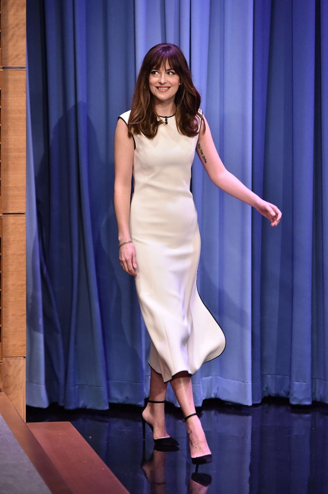 Dakota-Johnson-The-Tonight-Show-With-Jimmy-Fallon-03-662×996