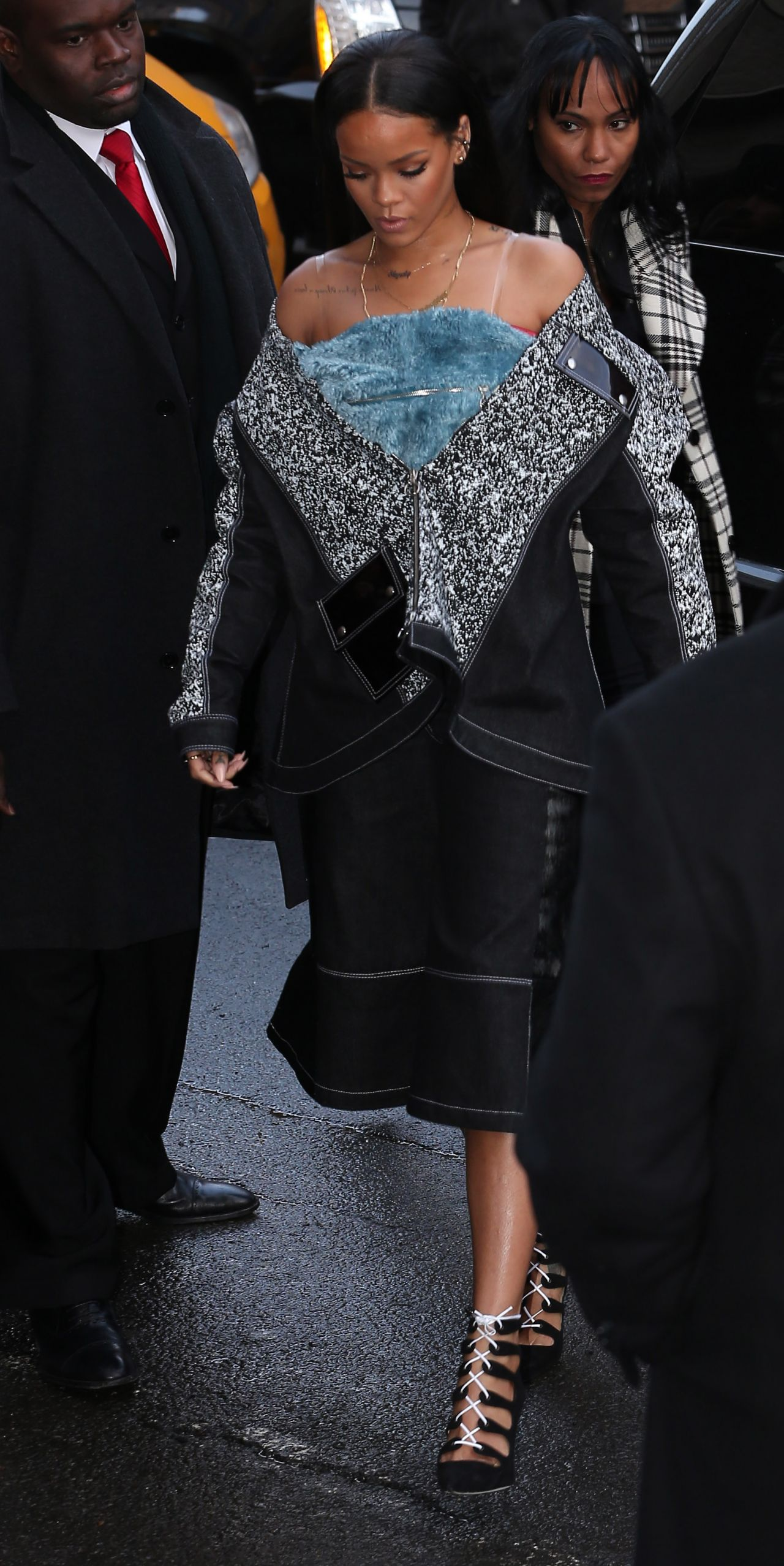rihanna-fashion-arriving-at-kanye-west-s-fashion-show-in-new-york-city_4