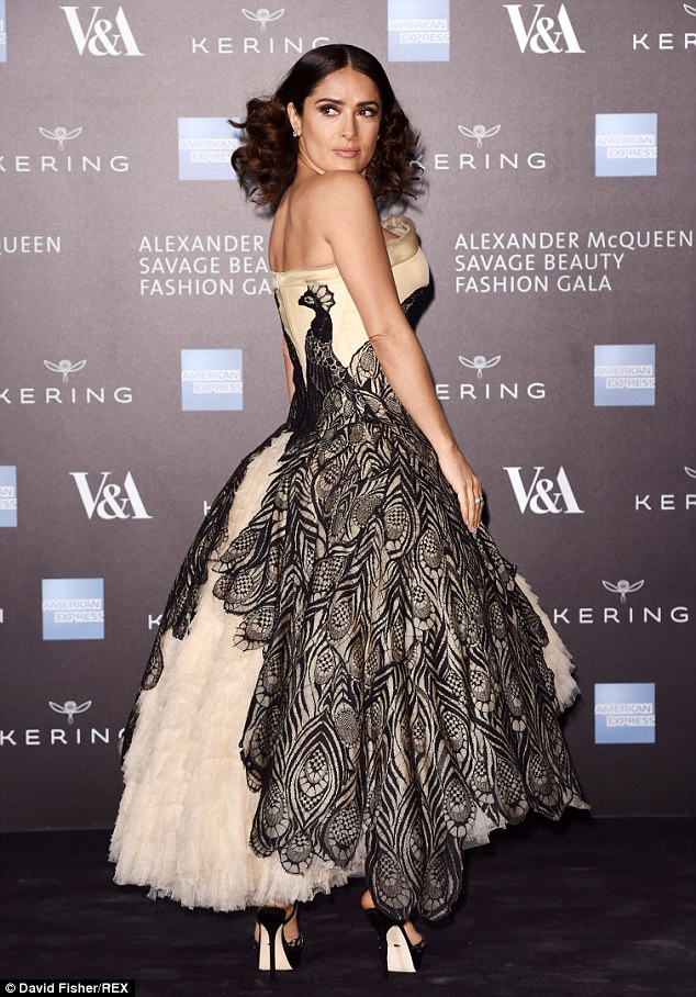 salma-hayek-in-alexander-mcqueen-alexander-mcqueen-savage-beauty-exhibition-private-view
