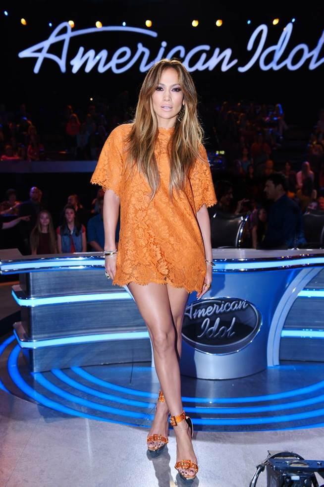 Jennifer-Lopezs-American-Idol-Valentino-Orange-Lace-Dress-and-Versace-Satin-Sandals-1