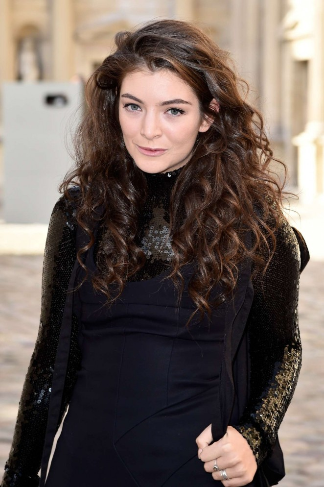 Lorde--Arriving-for-Christian-Dior-Fashion-Show-2015
