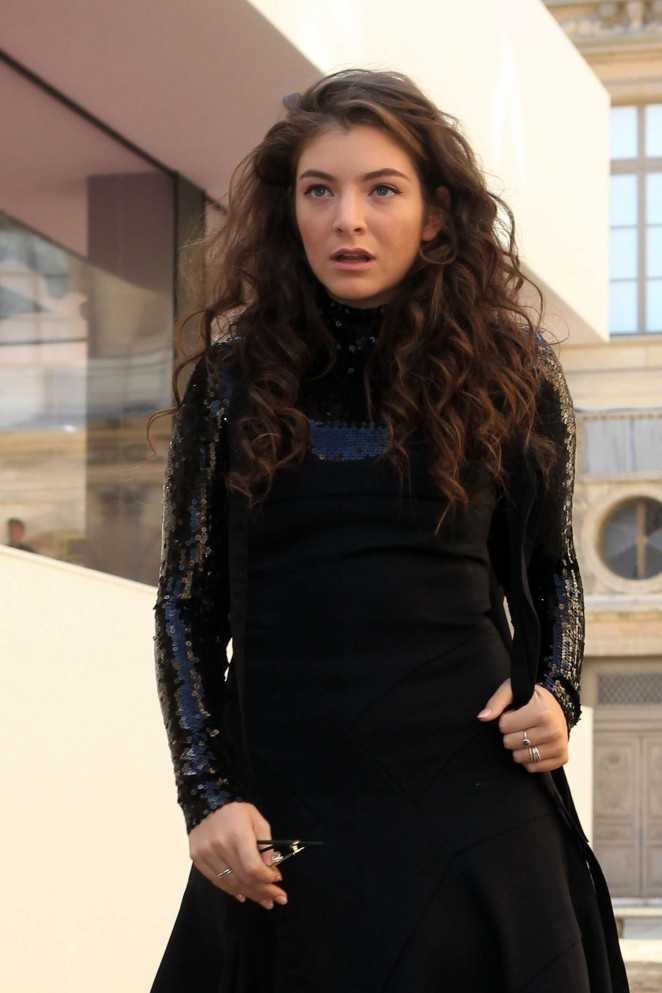 Lorde--Arriving-for-Christian-Dior-Fashion-Show-2015-