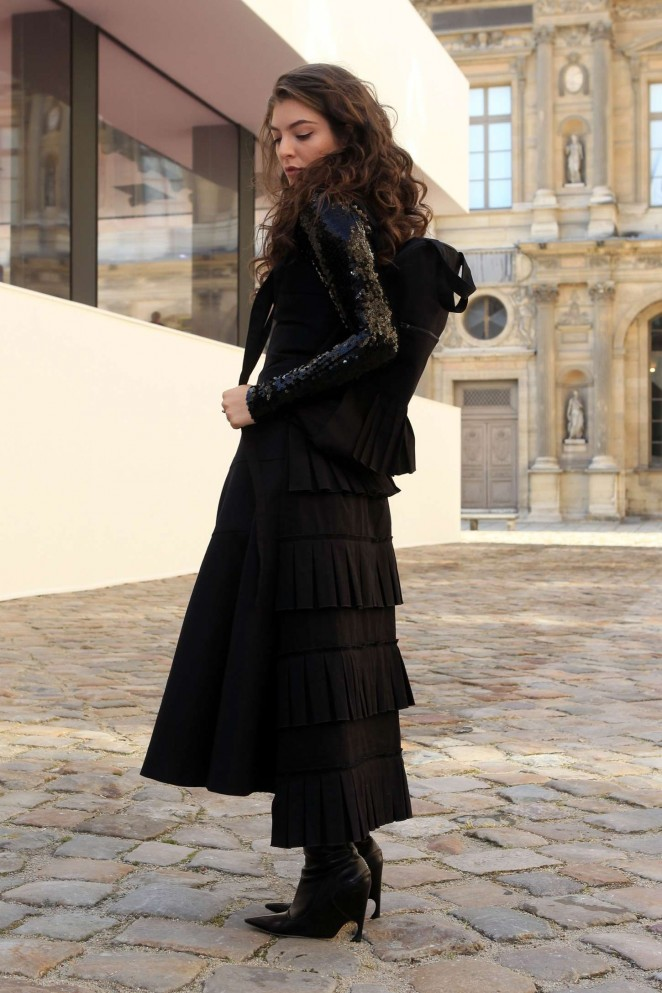 Lorde--Arriving-for-Christian-Dior-Fashion-Show-2015--