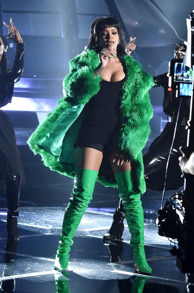 Rihanna--2015-iHeartRadio-Music-Awards