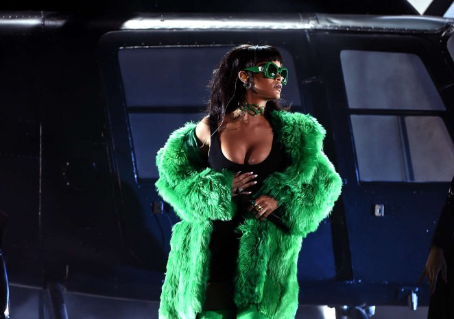 rihanna-in-versace-2015-iheartradio-music-awards
