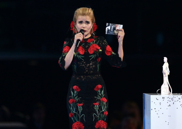 paloma-faith-armani-prive-giles-dolce-gabbana-2015-brit-awards