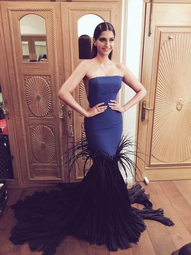 sonam-kapoor-in-jean-louis-sabaji-2015-filmfare-awards