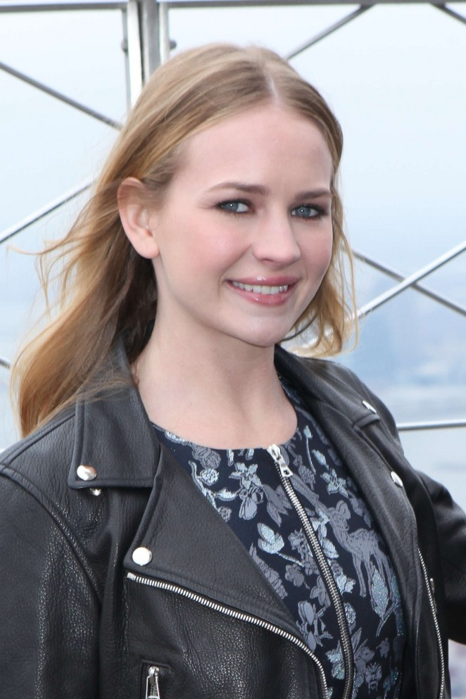 britt-robertson-in-markus-lupfer-empire-state-building-photocall