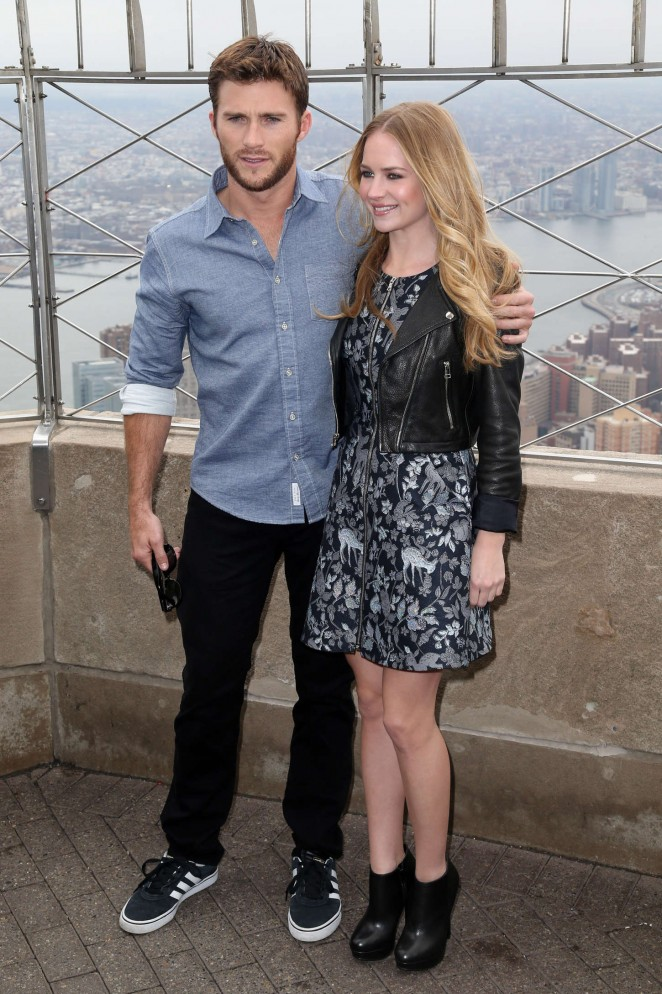 Britt-Robertson--Visiting-the-Empire-State-Building--24-662x994
