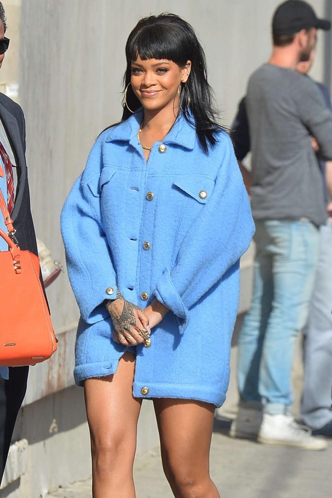 Rihanna-in-Moschino-Jimmy-Kimmel-Live
