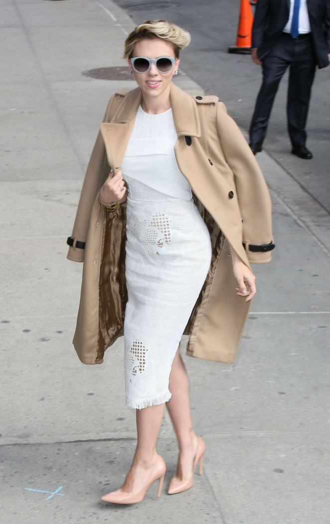 scarlett-johansson-in-roland-mouret-late-show-with-david-letterman