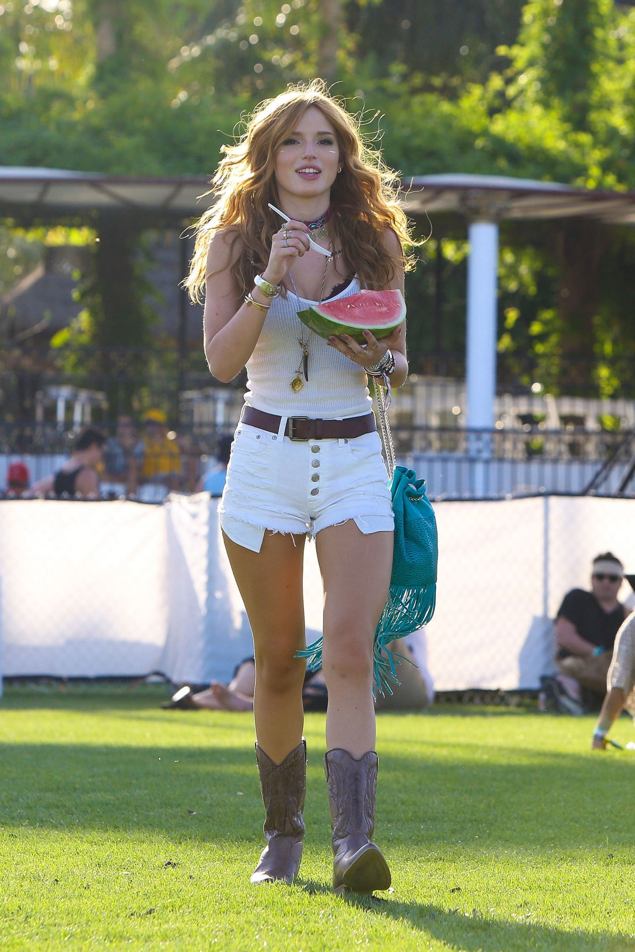 bella-thorne-2015-coachella-music-festival-day-2-empire-polo-grounds-indio_3