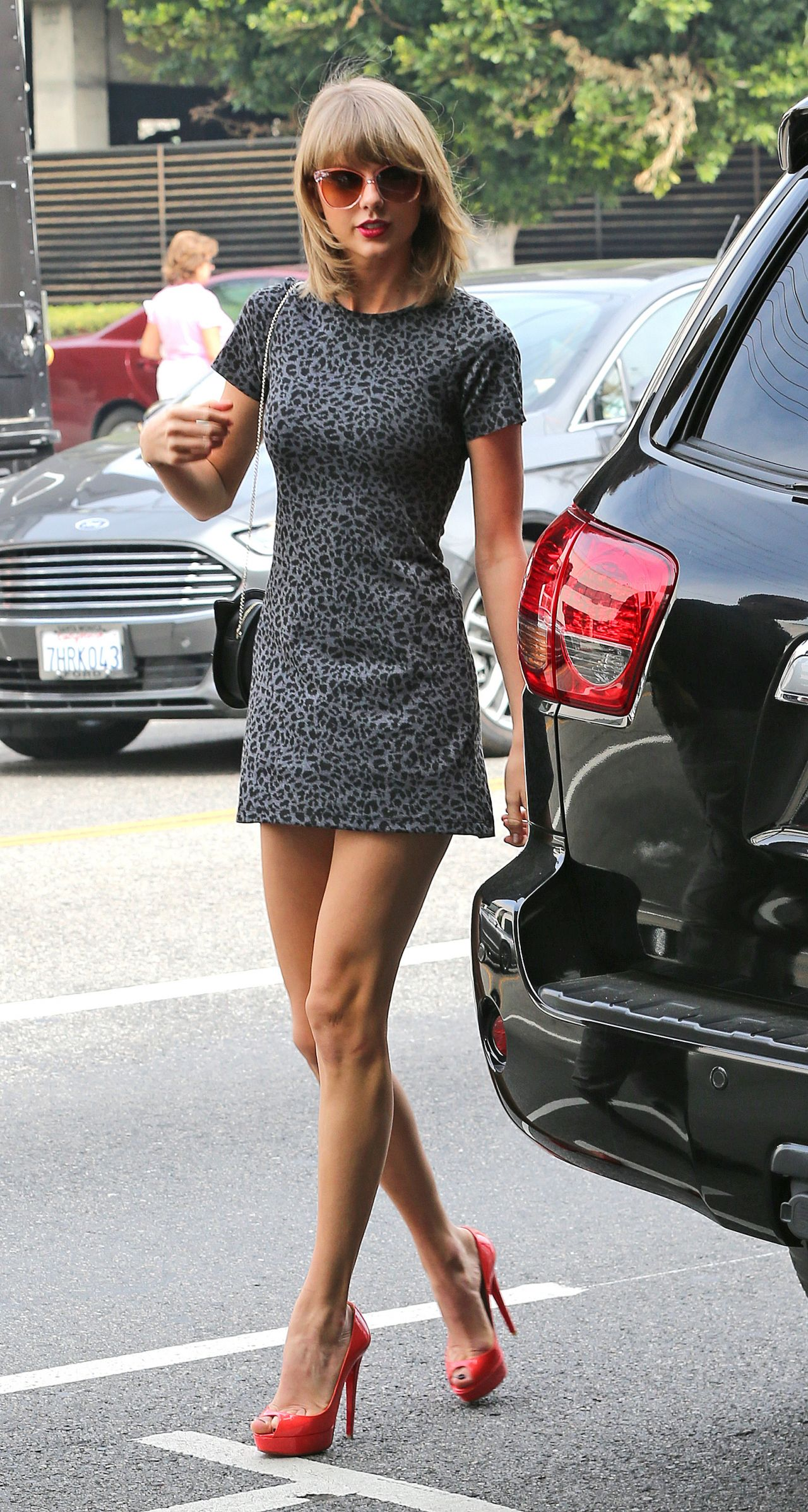 taylor-swift-in-mini-dress-out-for-lunch-in-los-angeles-march-2015_1