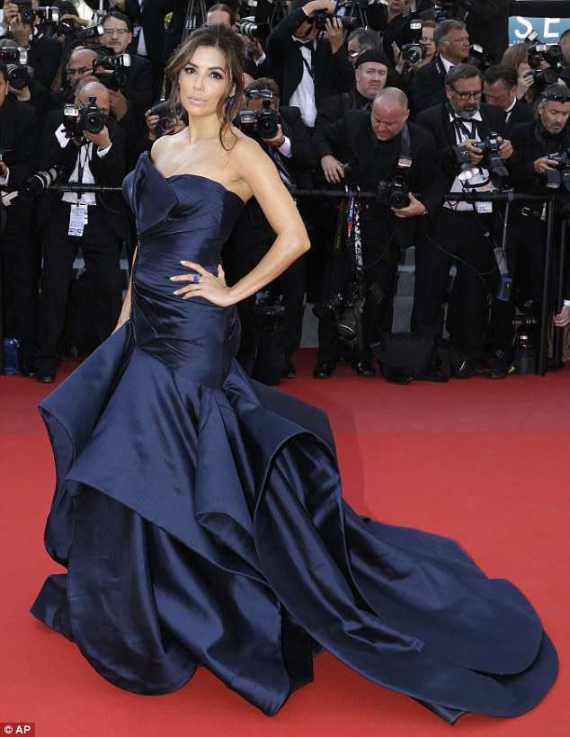 28C98AB800000578-0-Babe_in_blue_Eva_looked_striking_in_a_Versace_gown_with_long_tra-m-88_1431890386440