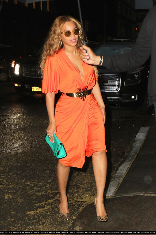 Beyonces-New-York-City-Orange-Draped-Dress-and-Chloé-Jade-Green-Elle-Clutch