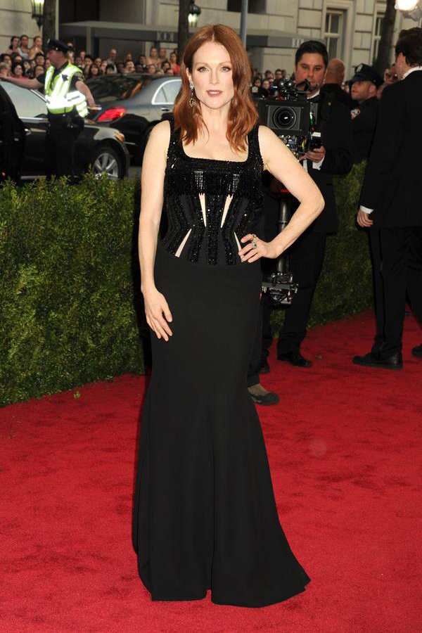 Julianne-Moore-in-Givenchy-Couture-at-the-2015-Met-Gala